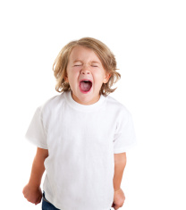 stock-photo-19587552-enfants-kid-screaming-expression-sur-blanc